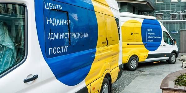 EU and Government representatives presented the keys of two mobile Administrative Service Centres to heads of hromadas